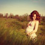 אישה הרה בצילום אומנותי בטבע
