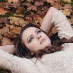 בחורה עם סוודר בסתיו